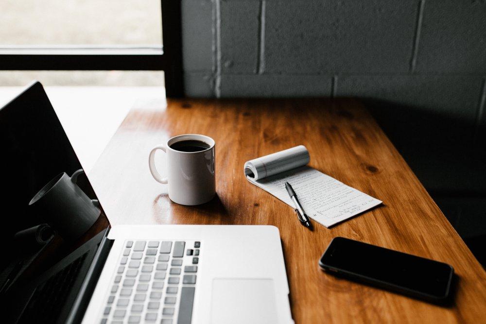 laptop i biurko
